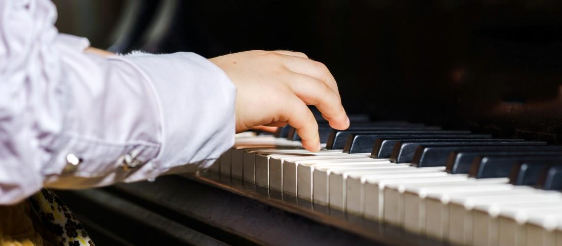 klavier mit Kinderhand